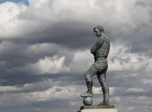 Sir_Bobby_Moore_statue_1000